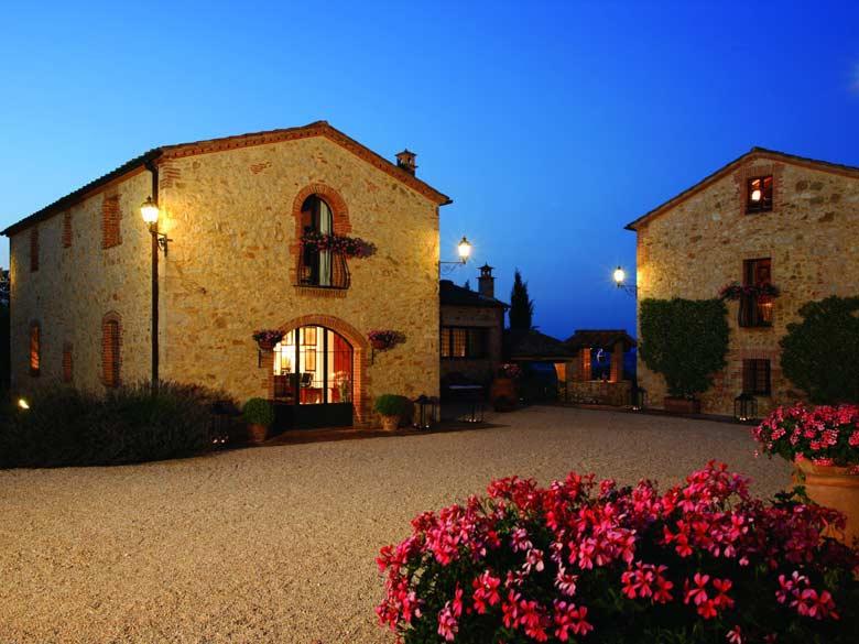 Villa Val d`Elsa_coutyard by night